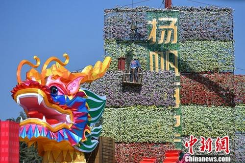 """云南昆明曾经举办过1999年世界园艺博览会。作为世界上首个完整保留的世园会会址,昆明世界园艺博览园在盛会结束20年后,依然展示着园艺的魅力。昆明市也由中国西南边城,成长为世界著名的旅游胜地和""""亚洲花都""""。图为2018年1月19日,昆明世博园内工作人员用鲜花布展。<a target='_blank' href='http://www.chinanews.com/'>中新社</a>记者 任东 摄"""