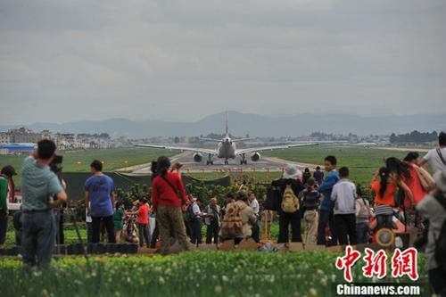 """昆明民众相约到昆明巫家坝机场,看""""老机场""""最后一天的飞机起降。(资料图)<a target='_blank' href='http://www.chinanews.com/'>中新社</a>记者 任东 摄"""