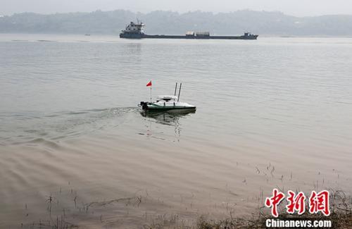 资料图为利用无人船对长江水下排污口进行探测。中新社记者 阮煜琳 摄
