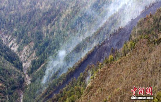 资料图:木里县雅砻江镇立尔村发生森林火灾。金汇通航 供图