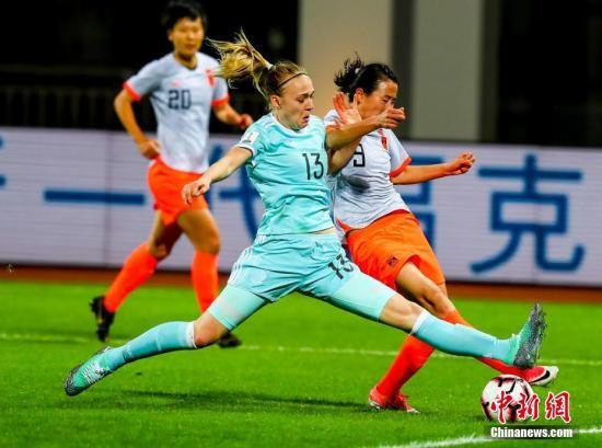 资料图:中国女足(橙)在比赛中。中新社记者 张畅 摄