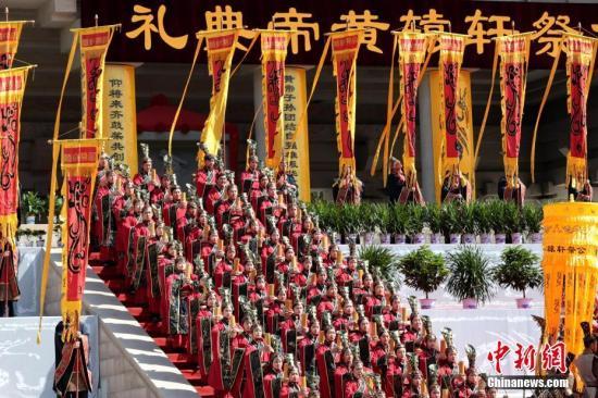 材料图:演员正在公祭轩辕黄帝仪式上演出黄帝祭典乐舞告祭。a target='_blank' href='http://www.chinanews.com/'中新社/a记者 张近 摄