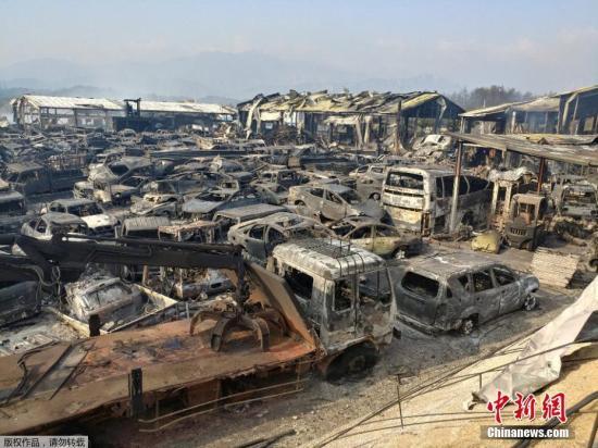 当地时间4月5日,韩国森林大火火光冲天。据报道,当地时间4日,韩国东北部江原道高城发生森林大火,在强风助长下,火势延烧250公顷,造成1人死亡、10多人受伤、4011人疏散避难,125栋房屋烧毁。图为山火过后,废车场变成一片焦土。