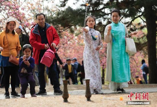 清明假期第一天,北京玉渊潭公园举办了丰富多彩的体验活动,让游客在游园的同时感受中国传统文化。<a target='_blank' href='http://www.chinanews.com/'>中新社</a>记者 杜洋 摄