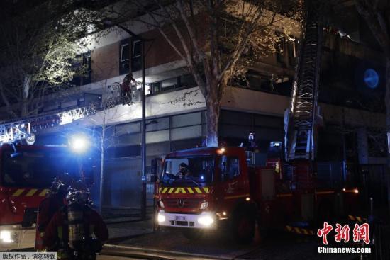 當地時間4月6日,巴黎消防員正在撲救公寓大樓爆發的大火。據外媒6日報道,法國首都巴黎19區的一棟建築着火并發生爆炸,數百人被疏散。