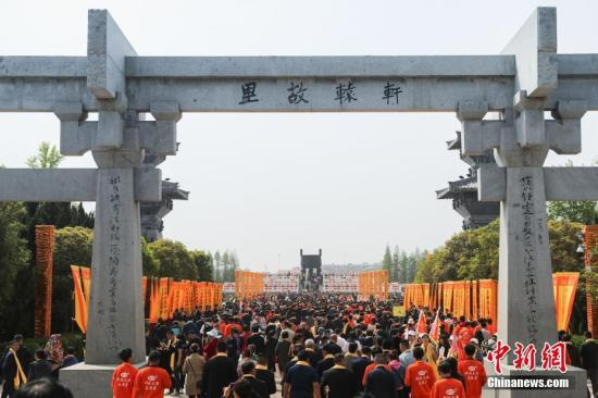 4月7日,夏历三月初三,己亥年黄帝故里拜祖大典典礼在郑州举走,来自40多个国家和地区的近万华人代外出席。王中举 摄