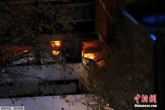 當地時間4月6日,巴黎一公寓大樓正在燃燒的大火。報道稱,着火建築物共有八層,爆炸發生在該建築物的第一層和第五層之間某處。目擊者稱,從起火的建築物可以聽到爆炸聲。