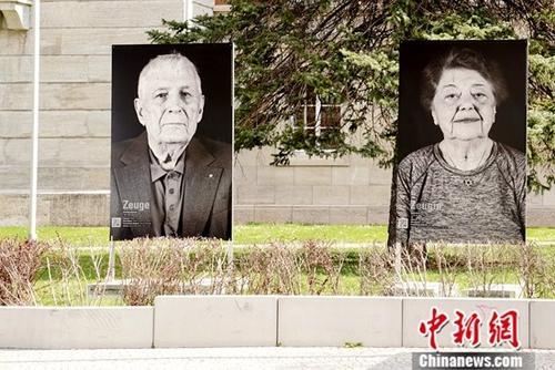 4月6日,德国魏玛包豪斯博物馆正式向公众开放,掀开了包豪斯诞生地纪念其诞生百年活动的序幕。图为4月4日,魏玛街头展出的布痕瓦尔德集中营幸存者照片。<a target='_blank'  data-cke-saved-href='http://www.chinanews.com/' href='http://www.chinanews.com/'>中新社</a>记者 彭大伟 摄