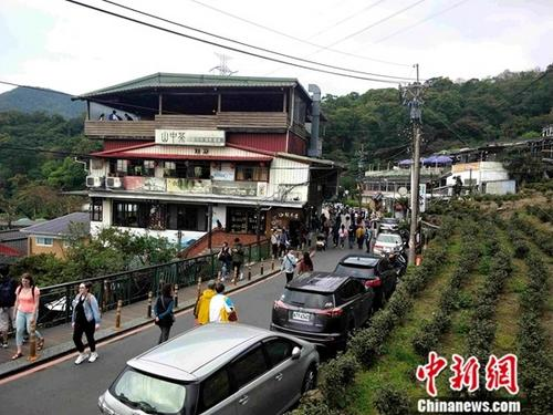 台北猫空山的木栅观光茶园有公路和缆车与山下连接,周末及节假日人流畅旺。中新社记者 毕永光 摄