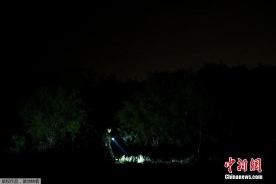 本地工夫4月6日,好国德克萨斯州帕我姆维尤,疆域巡查职员正正在搜索不法出境的移。