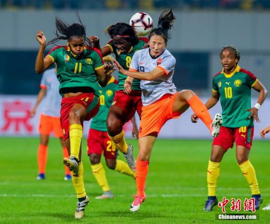4月7日,中国队9号杨丽比赛中争夺头球。在刚刚结束的女足四国赛决赛中,中国队以1:0战胜喀麦隆队夺得冠军。<a target='_blank' href='http://www.chinanews.com/'>中新社</a>记者 张畅 摄