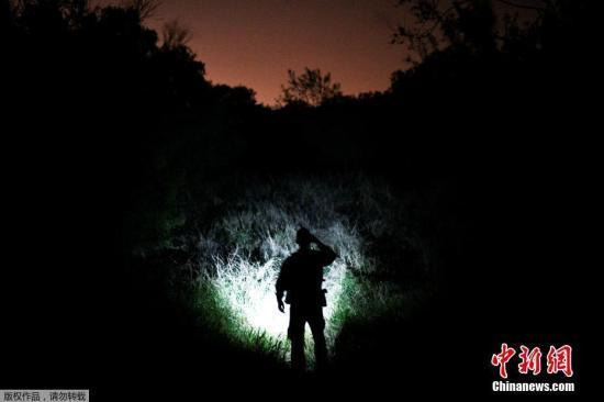 資料圖:當地時間4月6日,美國德克薩斯州帕爾姆維尤,邊境巡邏人員正在搜尋非法入境的移民。
