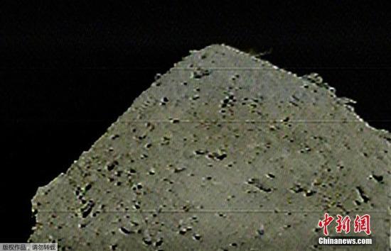 """撞击时,幼走星形式会有大幼纷歧的岩石碎片飞散。为避免被碎片击中毁伤机体,探测器将绕到幼走星背面逃避。等飞散的碎片落定后再确认是否顺当形成了陨石坑。若成功制造陨石坑,则最快于5月尝试在坑中或其附近着陆。据报道,""""隼鸟2号""""2月在幼走星形式成功着陆,并发射金属弹,采集到了岩石样本。此前的调查表现,幼走星存在含水的矿物。人们憧憬这有助于追求""""给地球带来生命的有机物等从何而来""""等相关首源的钻研。 文字来源:参考新闻"""