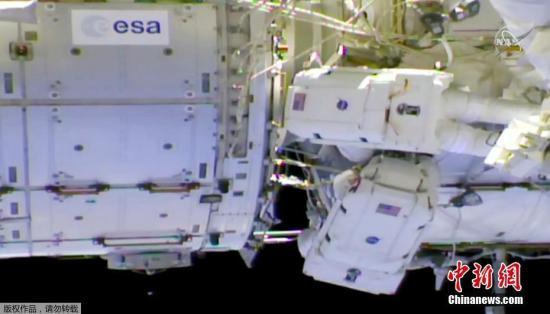 加东时间4月8日上午,当国际空间站飞经智利上空时,美国宇航局宇航员安妮麦克莱恩和加拿大宇航员大卫圣雅克共同出舱,在国际空间站外部展开工作。据悉,这是国际空间站近两周内进行的第三次太空行走,同时也是加拿大航天员暌违12年后,再次出舱漫步太空。