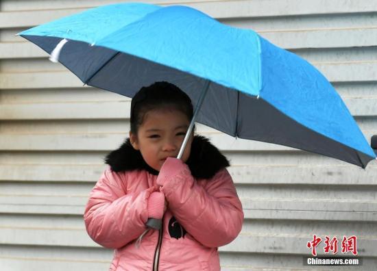 资料图:女孩穿着厚实冬装抵御寒冷。中新社记者 翟羽佳 摄