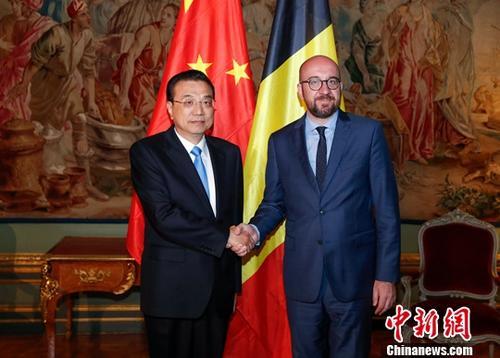 当地时间4月9日上午,我国国务院总理李克强在布鲁塞尔埃格蒙宫接见会面比利时辅弼米歇尔。中新社记者 刘震 摄