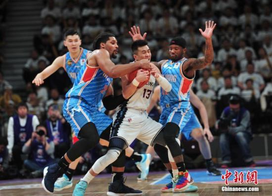 新疆队此前在夏季市场几乎一无所获。(资料图:图为2018-2019赛季中国男子篮球职业联赛(CBA)半决赛第一场,辽宁队主场迎战新疆队。中新社记者 于海洋 摄)