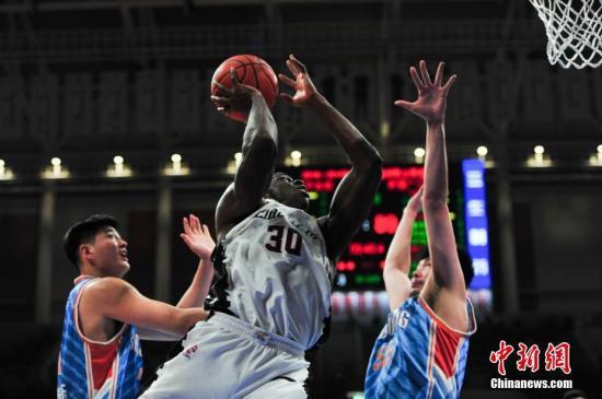 资料图:2018-2019赛季中国男子篮球职业联赛(CBA)半决赛第一场在辽宁沈阳打响,辽宁队主场迎战新疆队,主队以95:97惜败客队。图为辽宁队(白)巴斯在比赛中。/p中新社记者 于海洋 摄