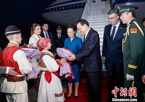"""应克罗地亚总理普连科维奇邀请,中国国务院总理李克强当地时间4月9日晚乘专机抵达萨格勒布机场,对克罗地亚进行正式访问,并将赴杜布罗夫尼克出席第八次中国—中东欧国家领导人(""""16+1"""")会晤。中新社记者 刘震 摄"""