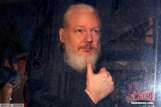 """據外媒4月11日報道,英國警方逮捕了維基解密創始人阿桑奇。據此前媒體報道,阿桑奇自2012年起一直藏身在厄瓜多爾駐倫敦大使館。由于擔心在維基解密的活動被瑞典政府引渡給美國,他請求政治庇護。2018年12月,厄瓜多爾總統莫雷諾曾表示,已收到英國的書面保證,稱阿桑奇不會被引渡到可能導致其生命危險的國家。他可以離開該國駐倫敦大使館,相關的安全顧慮""""已被清除""""。但阿桑奇對英厄之間達成的協議表示拒絕,因為它沒有保證阿桑奇不會被引渡到美國。圖為維基解密創始人阿桑奇在警車內向媒體豎拇指。"""