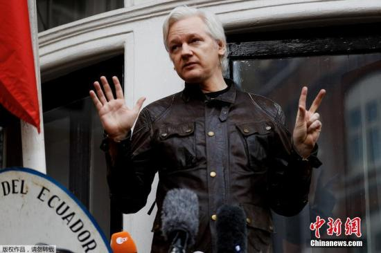 """据外媒4月11日报道,英国警方逮捕了维基解密创始人阿桑奇。据此前媒体报道,阿桑奇自2012年起一直藏身在厄瓜多尔驻伦敦大?#26500;蕁?#30001;于担心在维基解密的活动被瑞典政府引渡给美国,他请求政治庇护。2018年12月,厄瓜多尔总统莫雷诺曾表示,已收到英国的书面保证,称阿桑奇不会被引渡到可能导致其生命危险的国家。他可以离开该国驻伦敦大?#26500;藎?#30456;关的安全顾虑""""已被清除""""。但阿桑奇对英厄之间达成的协议表示拒绝,因为它没有保证阿桑奇不会被引渡到美国。(资料图)"""