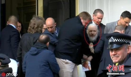 """據外媒4月11日報道,英國警方逮捕了維基解密創始人阿桑奇。據此前媒體報道,阿桑奇自2012年起一直藏身在厄瓜多爾駐倫敦大使館。由于擔心在維基解密的活動被瑞典政府引渡給美國,他請求政治庇護。2018年12月,厄瓜多爾總統莫雷諾曾表示,已收到英國的書面保證,稱阿桑奇不會被引渡到可能導致其生命危險的國家。他可以離開該國駐倫敦大使館,相關的安全顧慮""""已被清除""""。但阿桑奇對英厄之間達成的協議表示拒絕,因為它沒有保證阿桑奇不會被引渡到美國。圖片來源:東方IC 版權作品 請勿轉載"""