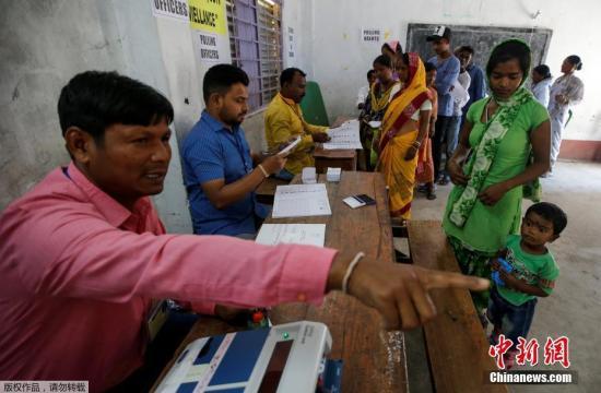 4月11日,印度人民院(议会下院)选举第一阶段投票正式开始。根据印度选举委员会公布的日程,本次大选将从4月11日至5月19日分七个阶段进?#23567;?#36873;举结果将于5月23日公布。其中第一阶段投票覆盖马哈拉施特拉邦、特伦甘纳邦、西孟加拉邦、安德拉邦等多个地区,将在17万个投票站同时进行,约有1.42亿选民参加此轮投票。