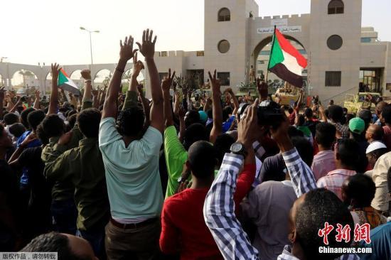 此前,据路透社援引一名目击者消息,苏丹军方在国防部周围部署了军队,而11日早些时候,就有士兵和安全机构人员部署在苏丹首府喀土穆的主要道路和桥梁上。另外,有数千人聚集在国防部外,参加反政府抗议活动。图为当地民众庆祝巴希尔倒台。