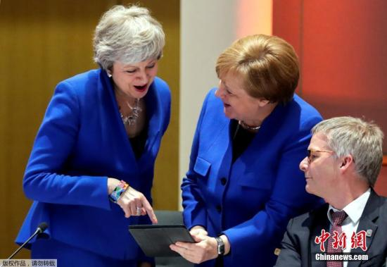 商討英國延期脫歐議題,會上法德分歧較大。德國總理默克爾表示,她支持英國延期脫歐,但條件是延期不能干擾歐盟機構的正常運作。法國總統馬克龍則更為強硬地表示,希望在英國延期脫歐的時間里,嚴格限制英國在歐盟的權力。經過長時間商討,最終達成一致。