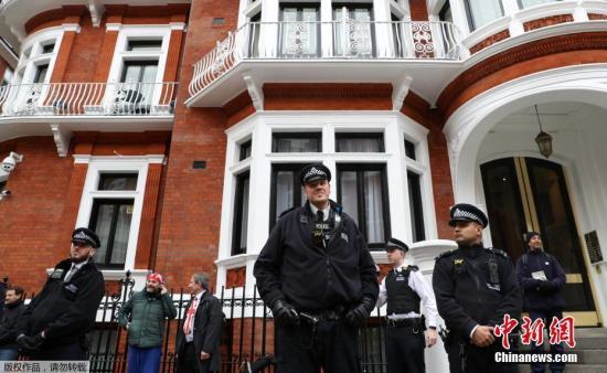 """据外媒4月11日报道,英国警方逮捕了维基解密创始人阿桑奇。据此前媒体报道,阿桑奇自2012年起一直藏身在厄瓜多尔驻伦敦大使馆。由于担心在维基解密的活动被瑞典政府引渡给美国,他请求政治庇护。2018年12月,厄瓜多尔总统莫雷诺曾表示,已收到英国的书面保证,称阿桑奇不会被引渡到可能导致其生命危险的国家。他可以离开该国驻伦敦大使馆,相关的安全顾虑""""已被清除""""。但阿桑奇对英厄之间达成的协议表示拒绝,因为它没有保证阿桑奇不会被引渡到美国。(资料图)"""