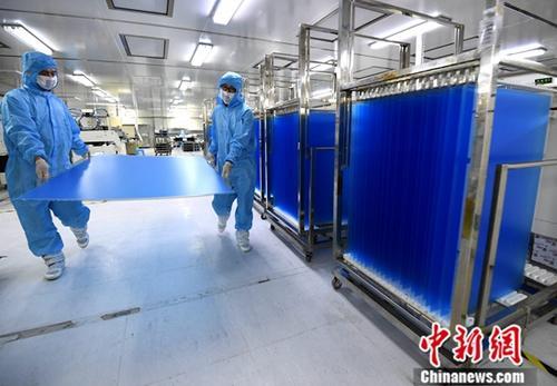 4月11日,中国国家统计局发布数据显示,2019年3月份,中国工业生产者出厂价格(PPI)同比上涨0.4%。一季度,中国PPI比去年同期上涨0.2%。 图为福建省连城县中触电子有限公司工人在车间搬运刚生产出来的大尺寸触摸屏产品。(资料图)中新社记者 张斌 摄