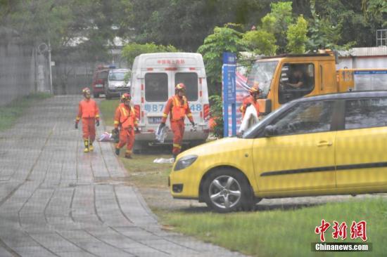 深圳市福田区持续搜救暴雨失踪人员。中新社记者 陈文 摄