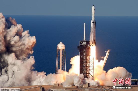 当地时间4月11日,美国佛罗里达州的肯尼迪航天?#34892;模琒paceX猎鹰重型火箭携带由Arabsat运营的通信卫星发射升空。据悉,这是猎鹰重型火箭的首次商业发射。