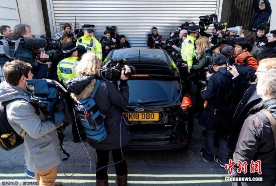 美国司法部发布声明称,阿桑奇将以涉嫌合谋入侵美国政府机密电脑的罪名被起诉。如果罪名成立,他将面临最高5年的监禁。图为众多媒体人士围绕在一辆驶抵伦敦威斯敏斯特法院的警车旁。