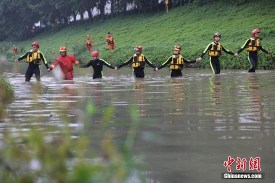 圖為消防人員手拉手排查搜救失蹤人員。 圖片來源:東方IC 版權作品 請勿轉載