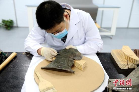 原料图:做事人员正在修复文物。中新社记者 张远 摄