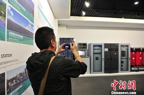 4月9日,一名记者拍摄正泰集团展示的部分产品。/p中新社记者 张茵 摄