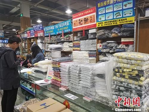 4月10日,电器城的一家柜台。/p中新社记者 张茵 摄