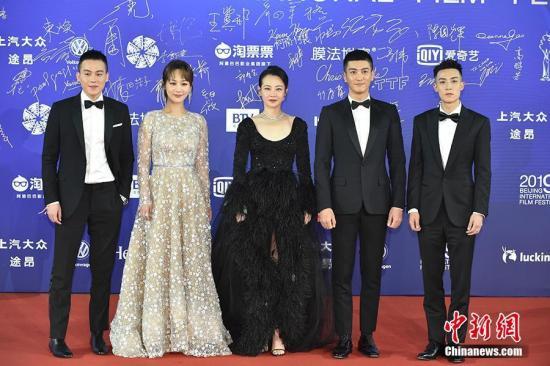 4月13日,第九届北京国际电影节开幕,众星云集开幕式红毯。图为欧豪、杨紫、谭卓、杜江、谷嘉诚亮相开幕式红毯。中新网记者 翟璐 摄