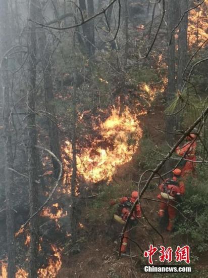 4月12日14时左右,云南鹤庆县辛屯镇南河村东面山发生森林火灾。受风向变化、山高坡陡、腐质层深等因素影响,给扑救带来一定难度。4月13日上午11时,记者从当地政府部门了解到,目前,火场南线和西线火势已得到有效控制,西北线和东南线仍有明火。大理州森林消防支队、县林业和草原局、县应急管理局专业扑火队240人正在全力组织扑救。M-26直升机继续进行灭火作业。图片来源:东方IC 版权作品 请勿转载