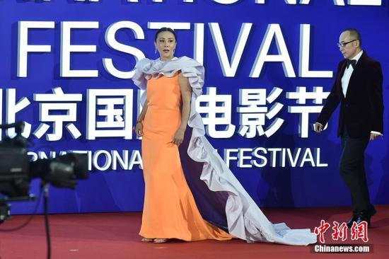 4月13日,第九届北京国际电影节开幕,众星云集开幕式红毯。图为刘嘉玲亮相开幕式红毯。/p中新网记者 翟璐 摄