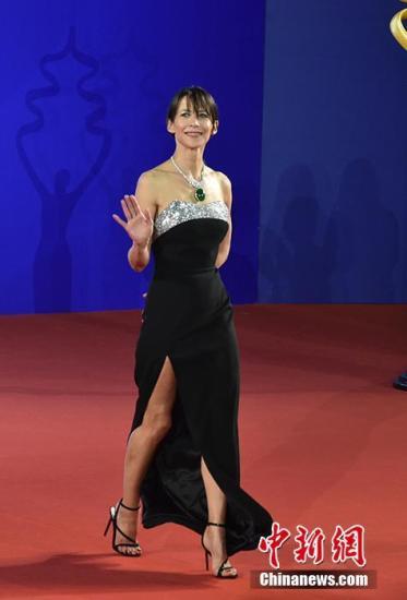 4月13日,第九届北京国际电影节开幕,众星云集开幕式红毯。图为苏菲・玛索亮相开幕式红毯,胸前超大翡翠华丽吸睛。中新网记者 翟璐 摄