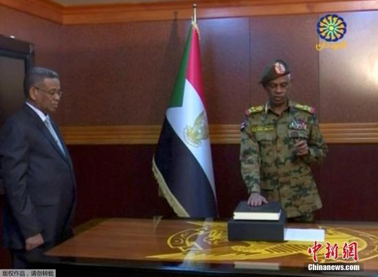 """当地时间2019年4月12日,苏丹首府喀土穆,苏丹过渡军事委员会主席穆罕默德-艾哈迈德-伊本-奥夫(Awad Ibn Auf)发表电视讲话,宣布辞职。由中将阿卜杜勒-法塔赫-布尔汉接任。伊本-奥夫12日晚发表电视讲话说,他""""为了国家利益""""辞去过渡军事委员会主席职务,布尔汉将接替他担任这一职务。伊本-奥夫说,应过渡军事委员会副主席卡迈勒-阿卜杜勒-马鲁夫-马希的请求,他同时宣布马希辞职。苏丹国防部长伊本-奥夫11日宣布推翻总统巴希尔政权,并于当天宣誓就任过渡军事委员会主席。联合国及俄罗斯、美国、土耳其等国际组织和国家表示,希望苏丹各方保持冷静克制,通过对话与和平手段解决问题。"""