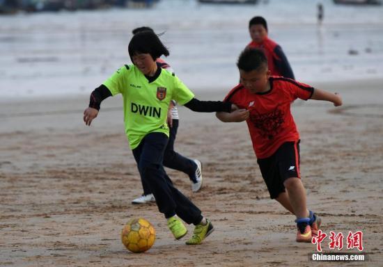 资料图:球员正在沙滩上踢比赛。<a target='_blank' href=