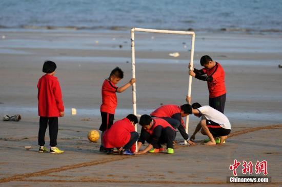 资料图:足球家庭作业还对场地提出要求,走出家门来到球场,孩子们会有这个时间吗? <a target='_blank' href='http://www.yongnian.com/'>永年信息社</a>记者 王东明 摄