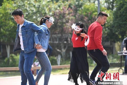4月13日,参加联谊活动的男女青年在进行趣味游戏。当日,安徽省合肥市义城街道团工委在合肥滨湖森林公园举行大型青年相亲会活动,通过发布征婚信息、互动游戏、才艺表演等环节,为单身男女搭建相互认识交流的平台。中新社记者 韩苏原 摄