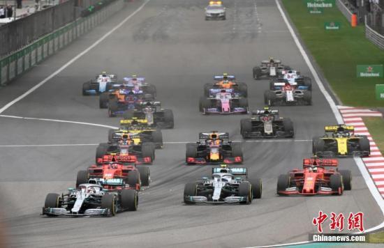 资料图:4月14日,世界一级方程式赛车锦标赛(F1)第1000站比赛在上海举行,梅赛德斯-奔驰AMG车队的英国车手汉密尔顿夺得冠军。图为比赛发车阶段。/p中新社记者 侯宇 摄