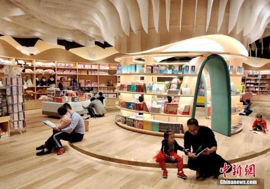"""资料图:""""高颜值""""书店吸引市民前来看书。中新社记者 吕明 摄"""