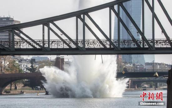 当地时间4月14日,德国法兰克福,当地对一枚250公斤的二战时期美军炸弹实施水下爆破,美因河上掀起巨大水柱。图片来源:东方IC 版权作品 请勿转载
