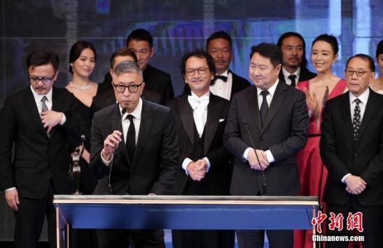 4月14日晚,第38届香港电影金像奖颁奖典礼在香港文化中心大剧院举行。电影《无双》荣获最佳影片等7个奖项,成为本届金像奖最大赢家。图为《无双》导演庄文强发表获奖感言。